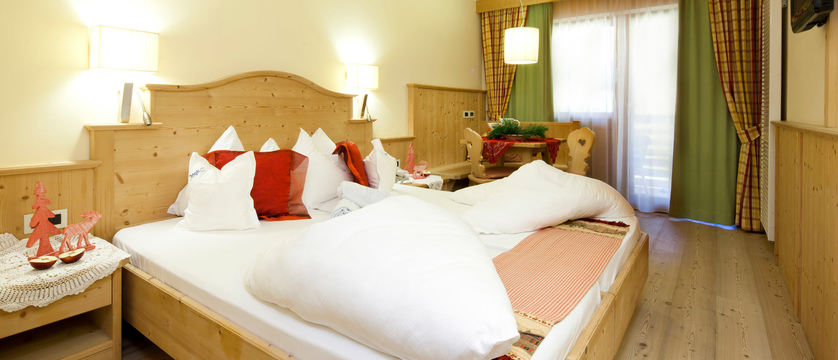 italy_dolomites_colfosco_hotel-mezdi_Superior_Bedroom.jpg